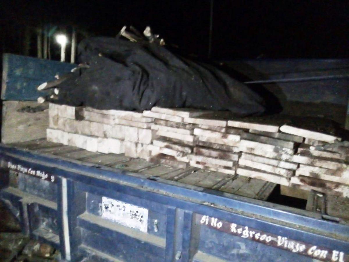 POLICÍA DE MONTAÑA ASEGURA CAMIONETA ABANDONADA CON MATERIAL FORESTAL EN LA MALINCHE