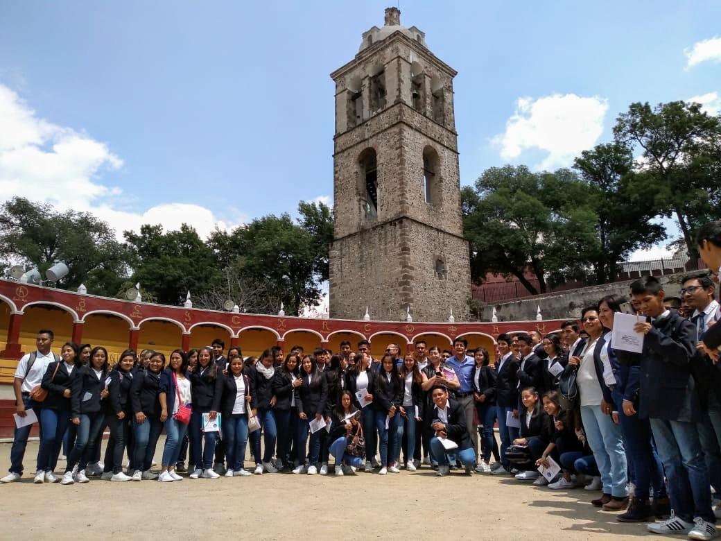 Recorren estudiantes de Puebla sitios turísticos de la capital