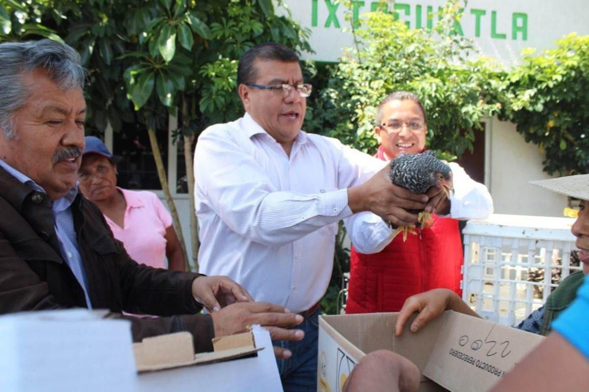 En una acción bipartita de la Sefoa y el Ayuntamiento de Ixtacuixtla entregan 78 paquetes de pollos