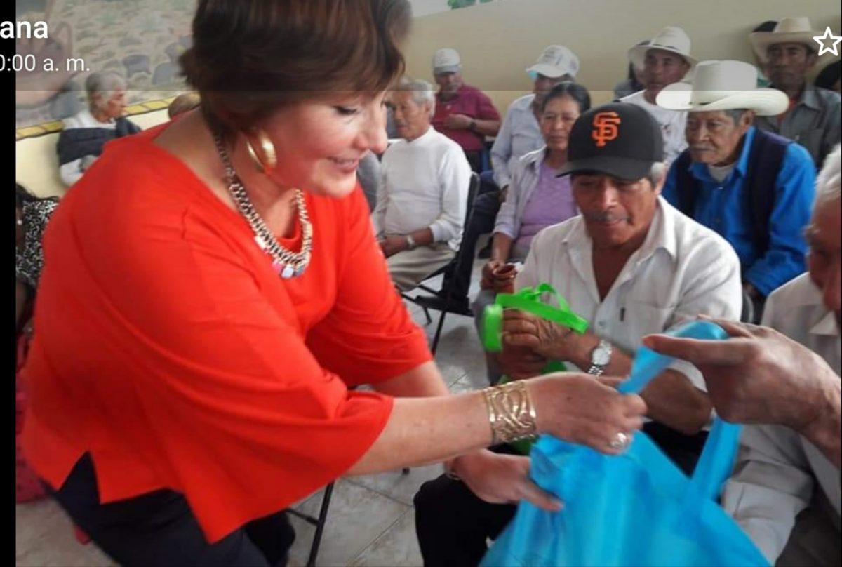 """La Presidenta Honorífica del SMDIF de Ixtacuixtla hizo un reconocimiento en la celebración del"""" Día del Abuelito"""""""
