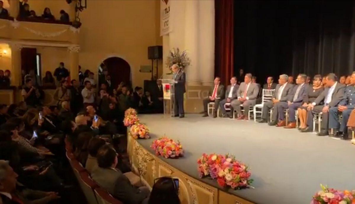 El ayuntamiento de la capital, que encabezó la alcaldesa Anabel Ávalos  entregó en sesión solemne  las Llaves de la Ciudad al  diputado federal, Profirió Muñoz Ledo en el Teatro  Xicohténcatl.