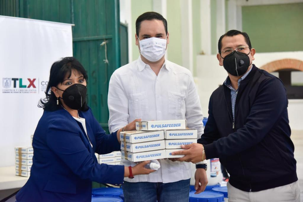 Recibe Anabell Ávalos de parte de la COEPRIST insumos para desinfección de agua