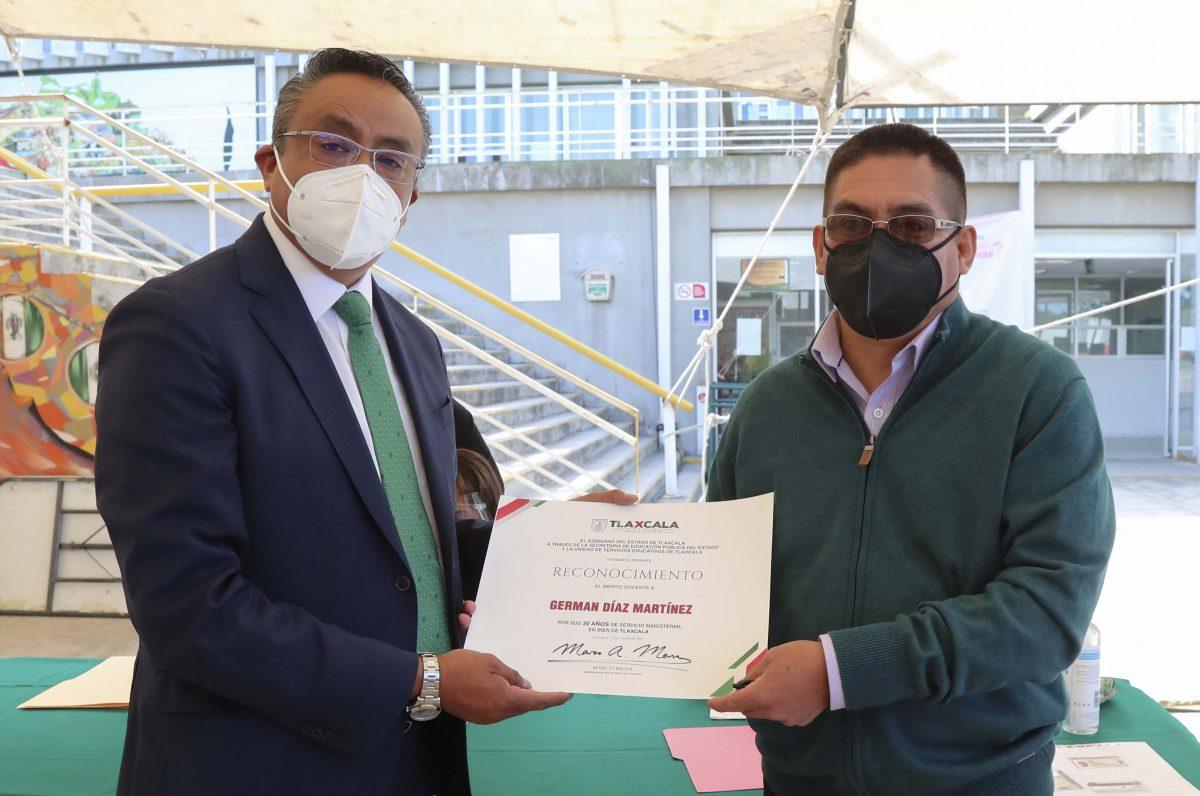 Roberto Lima Morales; entregó reconocimientos a maestras y maestros que cumplen 30 años de servicio