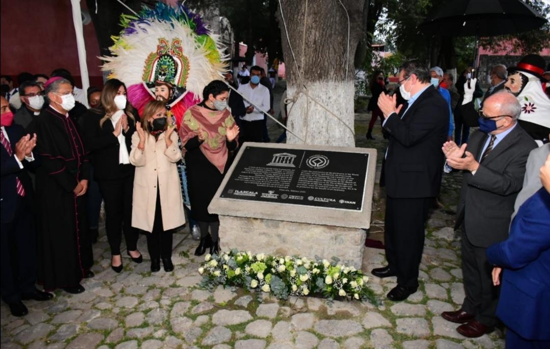 El gobernador del estado de Tlaxcala, Marco Antonio Mena, la secretaria de cultura, Alejandra Fraustro y la gobernadora electa, Lorena