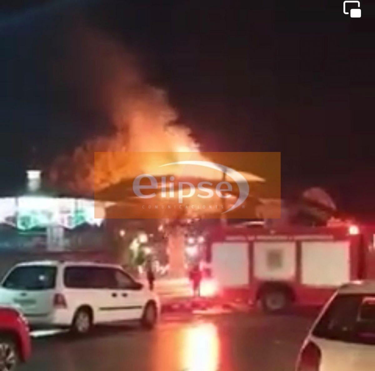 Se incendia una parte del domo del teatro del pueblo en el municipio de Contla.