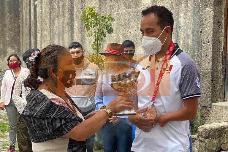 El tlaxcalteca Leonardo de Jesús Pérez Juárez   fue recibido y homenajeado esta mañana por los asistentes al Mercado Orgánico