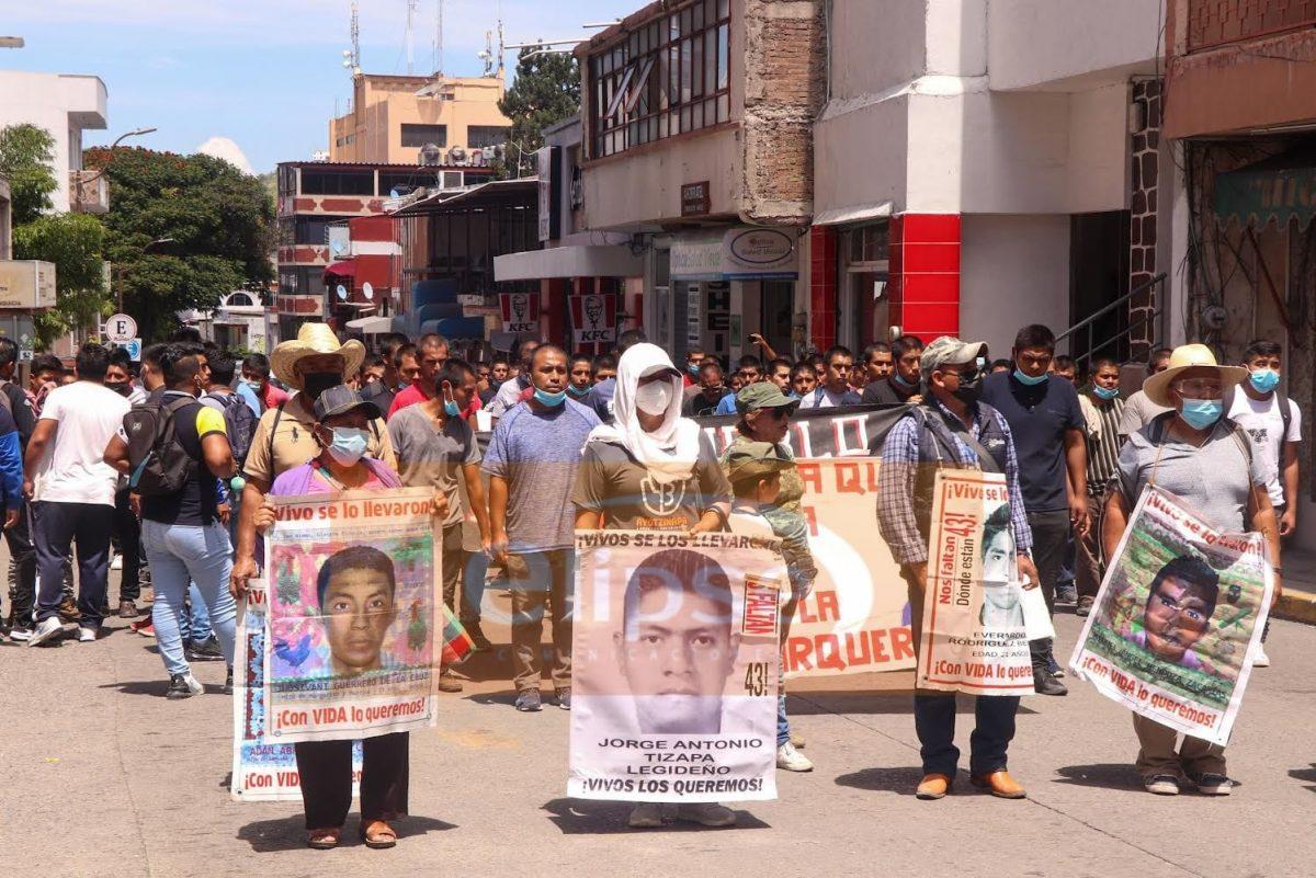 Alumnos de Guerrero pertenecientes a la FECSM se manifiestan  para pedir la presentacion de los 43 alumnos desaparecidos de Ayotzinapa.