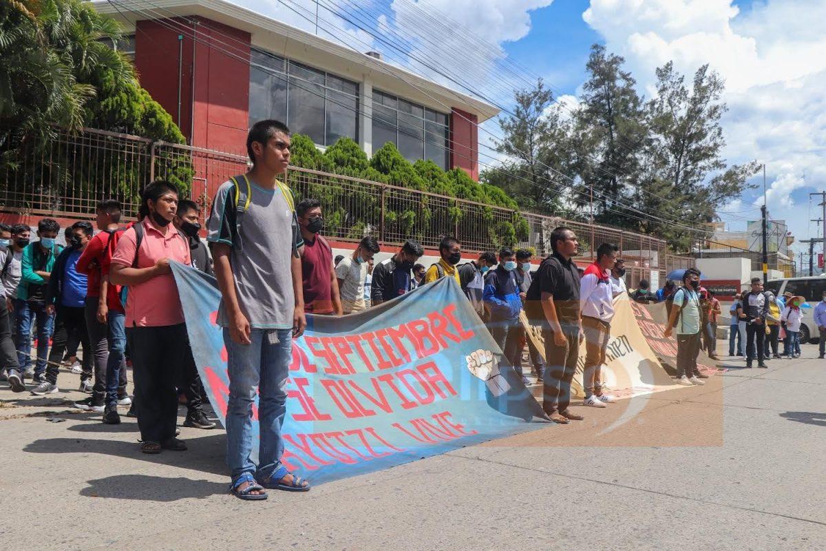 Marchan estudiantes de la Normal Rural Isidro Burgos para exigir se esclarezca la desaparición de los 43 normalista hace 7 años.