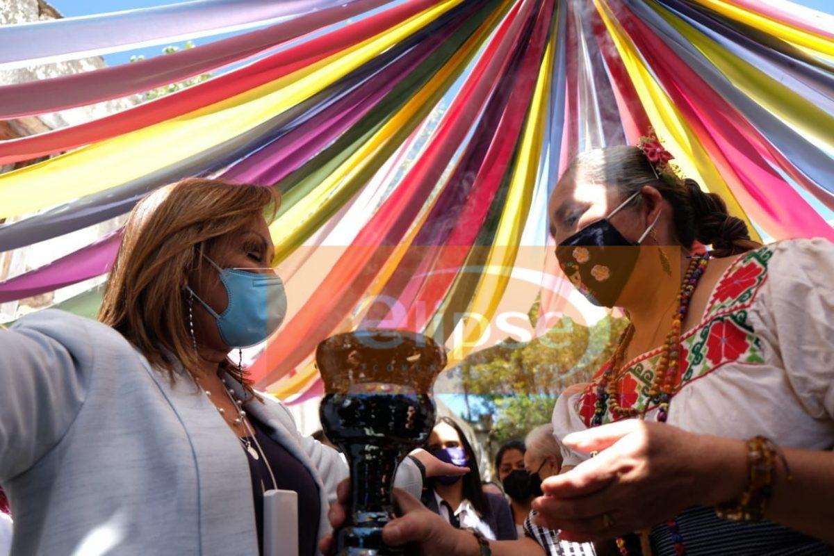 Lorena Cuellar Cisneros recorre el mercado de artesanías de la hacienda de Soltepec en Huamantla